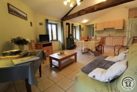 Gîte de Montmenot à Ancy (Rhône - Monts du Beaujolais): le coin salon dans le grand séjour.