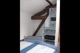 étagère et malle pour rangement dans chambre