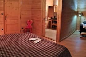 Chambre 1 : salle de bain et toilettes privatives