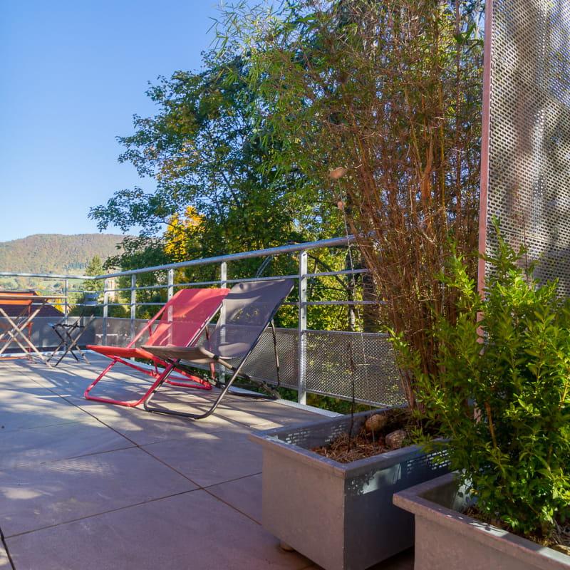 Nouveauté : une belle terrasse avec salon de jardin, transats, vue sur le village et les montagnes !!
