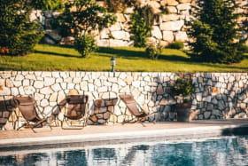 Piscine privative avec son pool-house. @les_fermes_ardechoises_