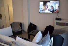 Gîte des Grenades à Toussieu (Rhône, Sud-Est de Lyon) : espace salon avec TV.