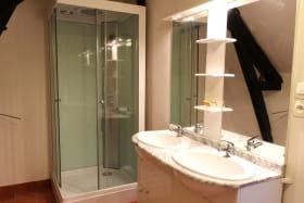 Gîte La Brûlette à Saint-Sauvier, dans l'Allier en Auvergne. Salle de bain spacieuse à l'étage, séparée des WC