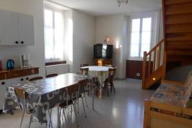 Grand espace cuisine salon vu de la porte d'entrée