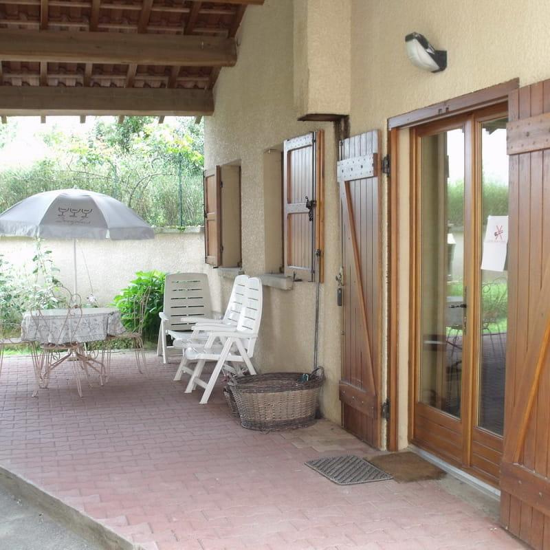 Gîte des Vendanges à Légny (Rhône - Beaujolais) : la terrasse couverte.
