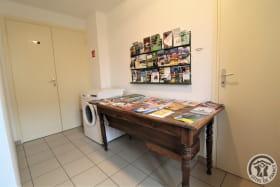 Gîte de L'Écluse à Saint Romain de Popey (Rhône - Monts du Beaujolais) : au rez-de-chaussée, documentation touristique à disposition des hôtes et le lave-linge commun aux deux gîtes.