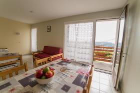 Salon spacieux avec balcon orienté sud et vue sur les montagnes