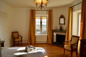 Gîte 8 personnes à Charentay - Route de St Pierre dans le Beaujolais - Rhône : Chambre (1 lit 2 personnes).