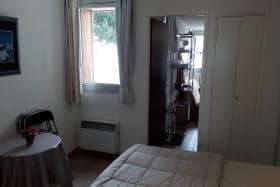 L'espace disponible dans le bas du lit accueille une table bistrot et des chaises pliantes, ou un lit de bébé.