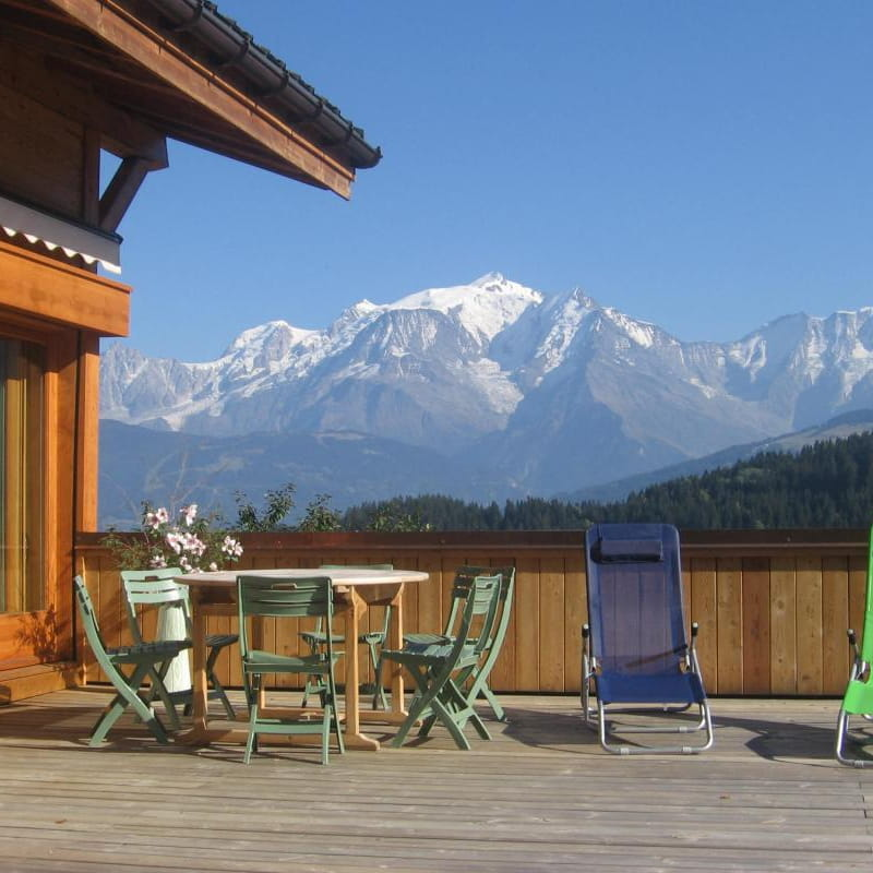 Farniente sur la terrasse. Le soleil se lève derrière le Mont-Blanc pour se coucher derrière le photographe...