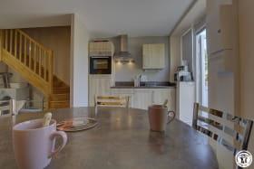 la cuisine et son coin repas à l' entrée du rez de chaussée.