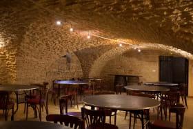 Gîte - 36 personnes - Le « Relais des pierres Dorées » à Lacenas dans le Beaujolais - Rhône : la salle voûtée.