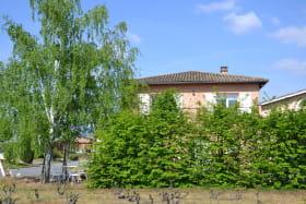 Gîte 'Aujogues Gilles' à CERCIE (Rhône-Beaujolais) : vue depuis les vignes.