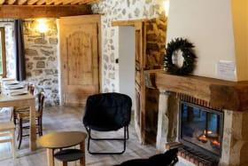 Le Gite Alpe et son intérieur chaleureux avec cheminée