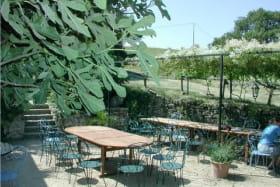 Aux beaux jours, le petit déjeuner et la table d'hôtes se font en terrasse