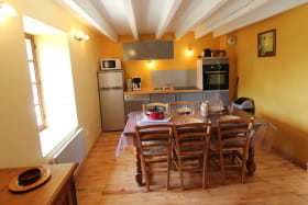 Le Gîte du Cèdre bleu à Ronno (Rhône - région Lac des Sapins) : coin-repas et coin-cuisine (rez-de-chaussée).