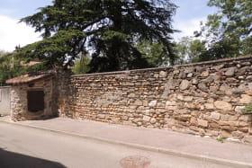 Puits et mur en galets