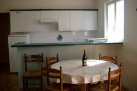 Gîte de la Forge à SARCEY dans le Rhône: coin-cuisine, coin-repas.