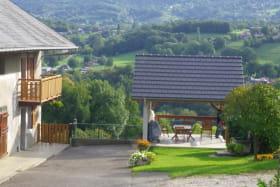 Vue globale du gite et de la terrasse + cour  goudronnée ,vue sur le Semnoz
