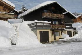 Le chalet et le garage en hiver