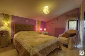 Chambre composée d'un lit double, et mitoyenne à la deuxième chambre.
