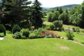 Gîte 'La Voisinée' à Chénelette (Rhône - Monts du Beaujolais) : extérieurs aménagés.