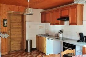 La cuisine toute équipée avec son plan de travail facilitant la préparation des repas.