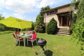 Le Gîte du Cèdre bleu à Ronno (Rhône - région Lac des Sapins) : salon de jardin et barbecue.