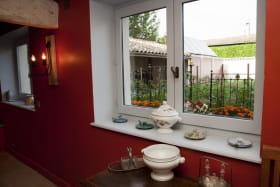 La vue du salon , le jardin et ses légumes qui seront servis à la table d'hôte