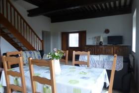 Gîte 'La Verrière' à Chaponnay (Rhône - Sud de Lyon) : le coin-repas et coin-salon (rez-de-chaussée).