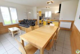Un grand salon-salle à manger-cuisine.