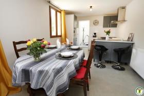 Séjour : espace repas et coin cuisine