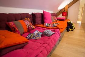 Espace salon-détente de la Suite L'étoile à L'émeraude des Alpes, chambres d'hôtes du Désert en Chartreuse