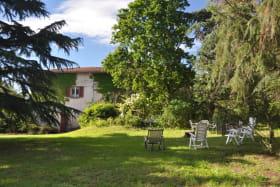 Gîte 'La Clef des Champs' à Pollionnay (Rhône - Ouest Lyonnais) : le parc devant le gîte.