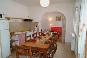 Espace cuisine tout équipé et sa grande table 8 places