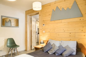 Très bel appartement esprit montagne cosy, situé au calme avec jardin et vue sur les montagnes.