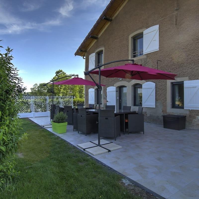 Gîte indépendant avec une grande terrasse, et un jardin clos avec piscine hors sol.