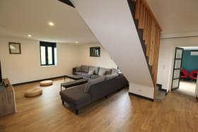 Salon Canapé TV et accès par escalier aux 4 chambres du haut