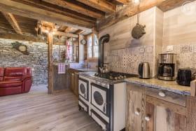 piece de vie avec une cuisiniere à bois pour faire mijoter de bons petits plats