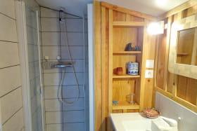 La salle d'eau avec wc.