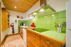 Une cuisine toute verte qui s'ouvre sur le salon !