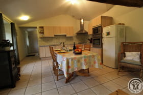 Gîte de Montmenot à Ancy (Rhône - Monts du Beaujolais): le coin-cuisine.