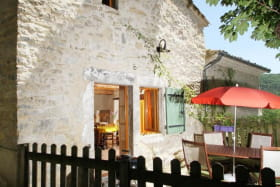 Terrasse avec salon de jardin bois, barbecue, transats, ...