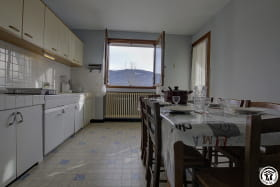 Grande cuisine avec un accès sur le balcon