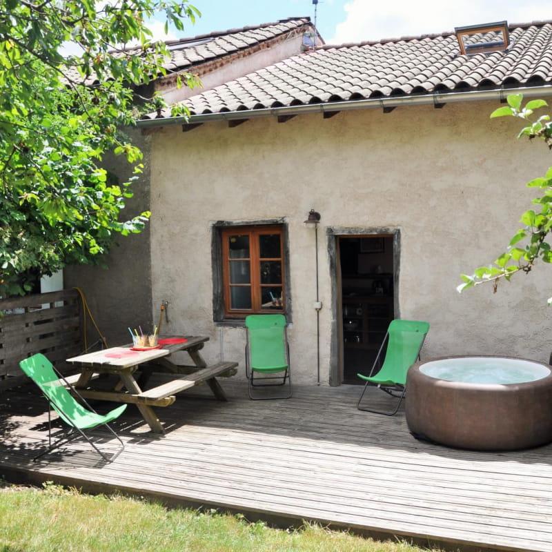 Gîte 'Le Petit Colombier' à Chambost-Longessaigne (Rhône - Monts du Lyonnais - Sud de Tarare) : la terrasse en bois avec spa 2 personnes.