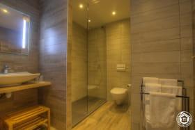 Salle d'eau chambre Colt, ambiance western, douche à l'italienne.