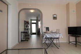 Séjour salon avec accès sur la cuisine