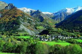 Le village du Périer et ses montagnes à proximité.