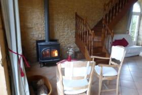 Gîte 'Le Campagnard' à Denicé (Rhône - Beaujolais vignobles) : l'espace salon et son poêle à bois.