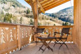 Terrasse abritée avec salon de jardin.